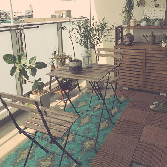 【画像2】「DIYする前はバルコニーに出ることは少なかったのですが、居心地がよくなって、休日の午前中はバルコニーで過ごすことが多くなりました」とmiyuさん。室外機カバーや鉢台は、同じ色の塗料でペイントして統一感を出している(写真提供/miyuさん)