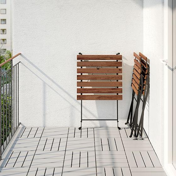 【画像11】テーブルも椅子もこんなにコンパクトに! 収納は屋内か屋外なら防水シートをかけて。TRARNO:テルノー(画像提供/イケア)