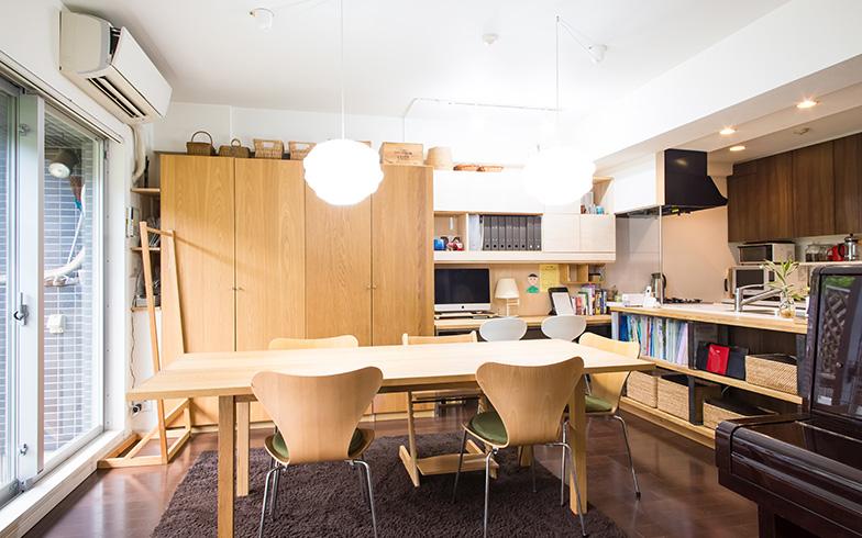 【画像1】つり戸棚を取り外したおかげで開放感がアップした上、キッチンに立つ人とダイニングテーブルに座る人のコミュニケーションがスムーズに(写真撮影/片山貴博)