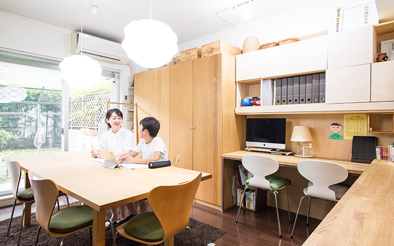 【画像2】リビング学習を続けると決まって、ダイニングテーブル上の照明と天井に取り付けたスポットライトの白熱灯を蛍光灯に変えたという本間さん。「電球色のほうが雰囲気はいいのですが、蛍光灯のほうが勉強に集中できるようなので」(写真撮影/片山貴博)