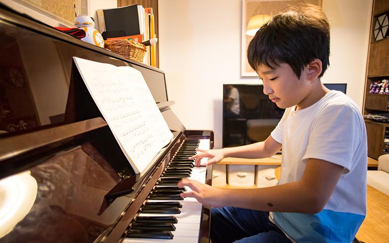 【画像5】取材に訪れた日の翌週に、ピアノの発表会を控えていたSくん。演奏する予定の曲「バッハのイタリア協奏曲」を弾いてくれました(写真撮影/片山貴博)
