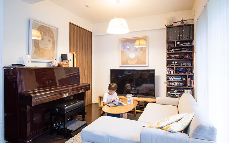 【画像6】ピアノの右手にある扉は、造り付けの収納スペース。収納用品で細かく仕切り、Sくんがリビングで遊ぶときに使うカードやレゴのパーツなどを収めています(写真撮影/片山貴博)