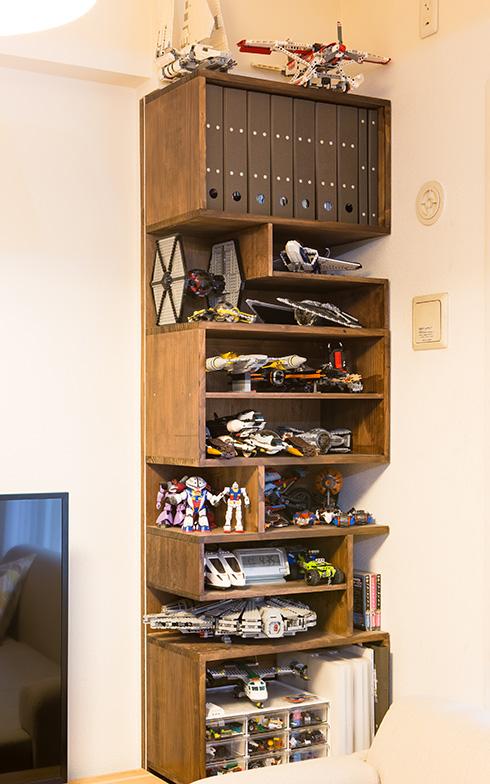 【画像7】本棚としてDIYしたシェルフは棚板の間隔が広く、小さな作品を飾りづらかったそうです。棚板を付け加えたことで、背の低い作品をたくさん並べて飾れるようになりました(写真撮影/片山貴博)