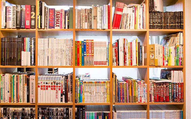 【画像8】本棚を寝室側に置くか廊下側に置くかで悩んだ末、「だったら中間に置けばいい!」と、壁をくり抜いて設置する方法を思いついたという本間さん(写真撮影/片山貴博)