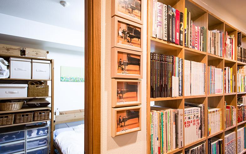 【画像9】寝室で本を読むことも多いため、廊下側からも寝室側からも本を手に取れるのが便利だそうです(写真撮影/片山貴博)