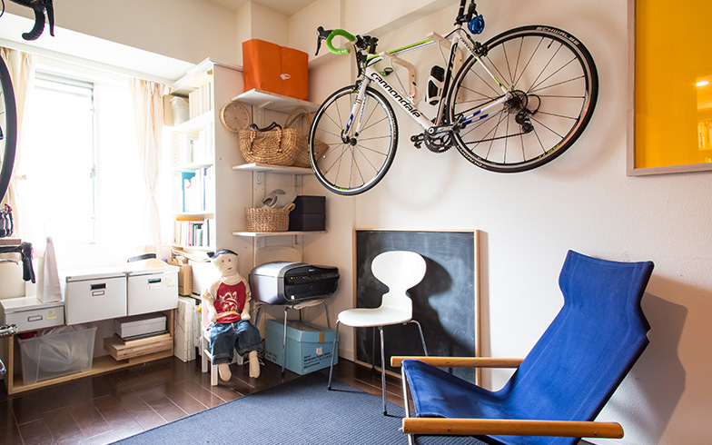 【画像12】正面のくぎが打てる壁には直接ラックを取り付け、自転車を1台引っ掛けています。手前側の壁には釘が打てなかったため、下地を貼ってラックを設置。2台の自転車を引っ掛けています(写真撮影/片山貴博)