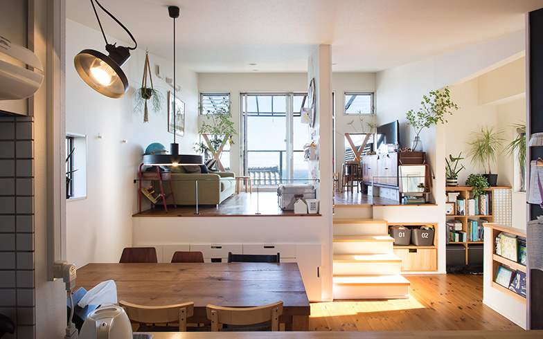 【画像1】キッチンで洗い物をしながら目線を上げると、半階高くなったスキップフロアのリビングスペース越しに湘南の海が望めます(写真撮影/片山貴博)