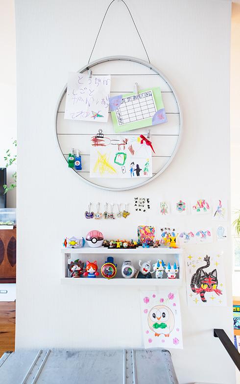 【画像7】ワイヤーを貼った丸いスチールフレームは、花垣さんがインテリア雑貨店で見つけたもの。その下に取り付けているのは「IKEA」のアート用飾り棚「RIBBA」。Tくんの描いた絵やコレクションしているフィギュアをディスプレイしています(写真撮影/片山貴博)