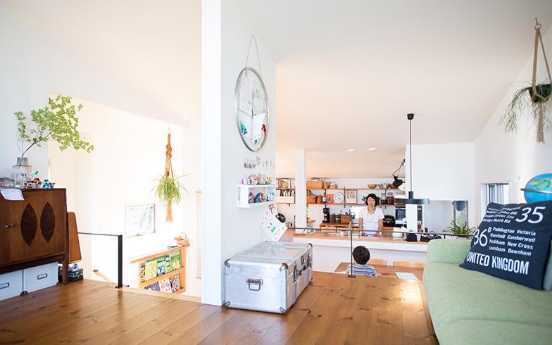 【画像8】オープンキッチンのシンク前には、手元を隠す「立ち上がり」をあえて設けなかったという花垣さん。「リビング側からすべて見えるようにすることで、片付けのモチベーションを保っています」(写真撮影/片山貴博)