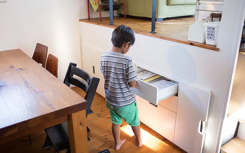 【画像9】リビングの床下収納は、「IKEA」の収納コンビネーション「STUVA」シリーズを埋め込んだもの。ゼロから造作するより低コストで収納スペースを設けることができました(写真撮影/片山貴博)