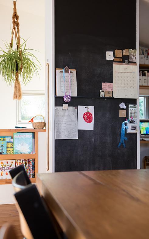 【画像10】カレンダーや時刻表、子どもの時間割やイベントのお知らせといった紙類も、黒いチョークボードに貼るとまとまって見えるため、雑多な印象が軽減されます(写真撮影/片山貴博)