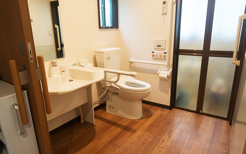 【画像5】「トイレや洗面台は医療施設でも利用されているものを選びました。車椅子での移動や便器への乗り移りが楽になり介護負担も減りました」とTさん(写真撮影/Tさん)