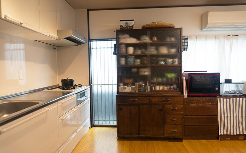 【画像6】以前は大きな棚が手前側までびっしり並んでいて地震で倒れないか不安がありましたが、現在は食器棚1つのみに。50年前から使っている丈夫な食器棚はそのまま残しました。壁に固定したので、地震のときでも心配ありません」とお母様(写真撮影/Tさん)