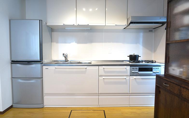 【画像7】「キッチンはホーロー製。汚れが付きにくいのが気に入っています。ビルトインコンロと汚れの付きにくいレンジフードに変えて、とても掃除が楽になりました。引き出し収納がたっぷりあって、出し入れがしやすいですね」とお母様(写真撮影/Tさん)