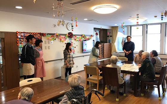 【画像1】岩見沢のグループホームで就業体験を行った熊田夫妻(写真左奥)。明子さんが、臨床検査技師の資格を持っていることもあり、医療や福祉関係のプログラムを選んだと言う(画像提供/岩見沢市)