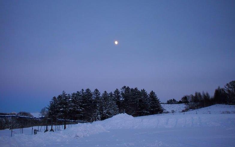 【画像4】宿泊したクラインガルテンの雪景色はすばらしかったという誠治さんは、この場所で数えきれないほどシャッターを切った。「夕方の4時頃の空の色が紫色に輝いていたのに感動しました」。(写真撮影/熊田誠治)