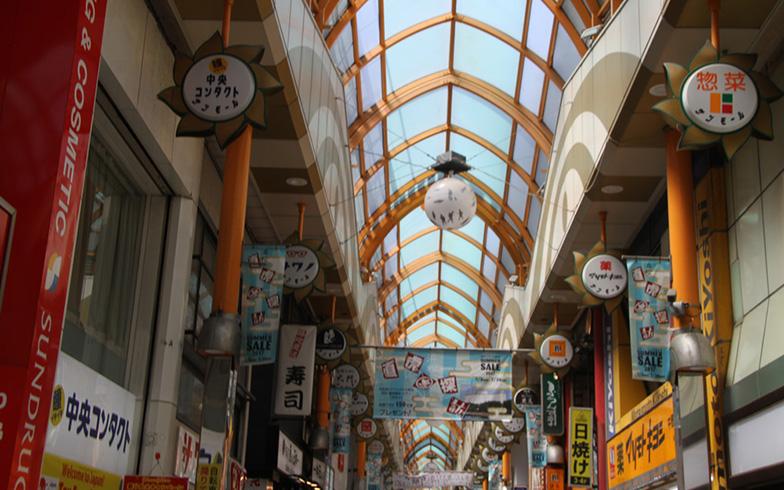 【画像1】中野サンモール商店街のアーケード。デザインが特徴的(写真撮影/明日陽樹)