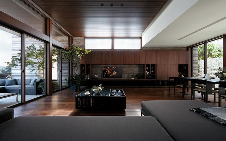 【画像4】「CENTURY Primore」では、天井いっぱいまである開口部の室内外の仕上げをそろえて室外のアウトリビングと一体化。これにより開放的でより広さを感じられる。また南北の窓から風が通り抜け、室内でも自然を感じやすい(画像提供/ミサワホーム)