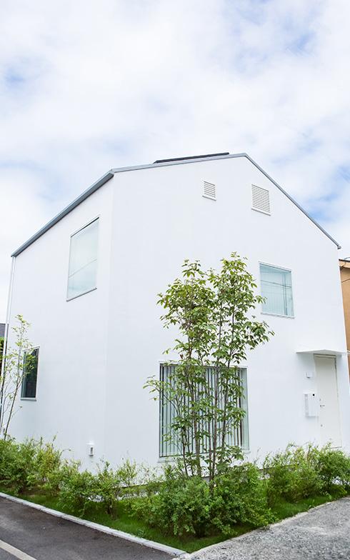 """【画像1】三角屋根の """"家""""らしいシンプルな外観。窓を自由に配置できるのが特徴の『窓の家』(写真撮影/片山貴博)"""