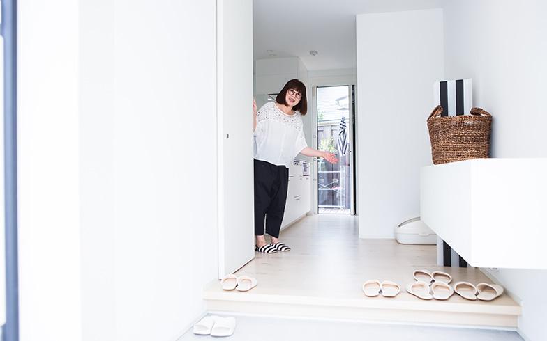 【画像2】ドアを開けると、真っ白な空間が広がり狭さを感じない玄関。収納キャビネットが床から浮いたデザインなのも、玄関を広く使う技(写真撮影/片山貴博)