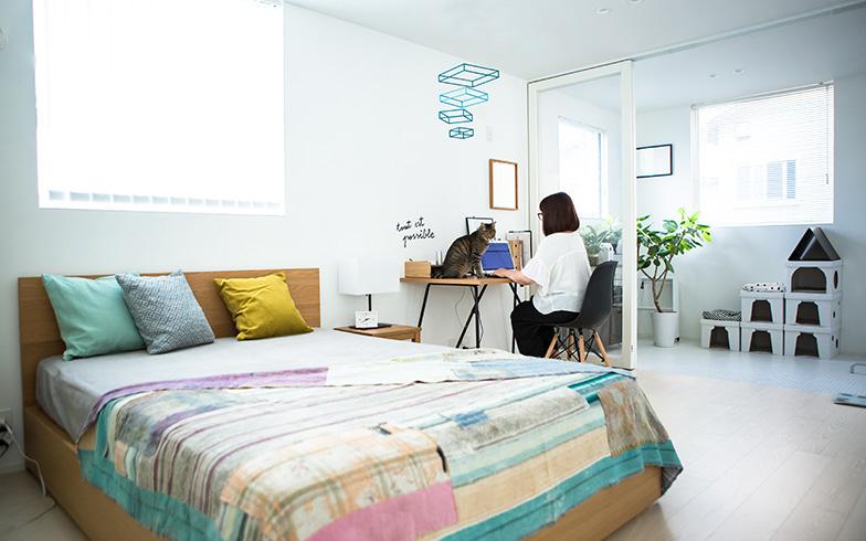 【画像17】ワークスペースを設ける余裕が十分ある寝室。その奥、ガラス引き戸で仕切られた空間がインナーバルコニー(写真撮影/片山貴博)