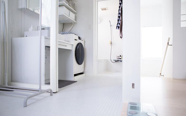【画像19】インナーバルコニーから続く洗面・バスルーム。白で統一された無印良品の家オリジナルのユニットバス「湘南は湿気があるので、カビが生えないようお掃除は頑張ってます」(写真撮影/片山貴博)