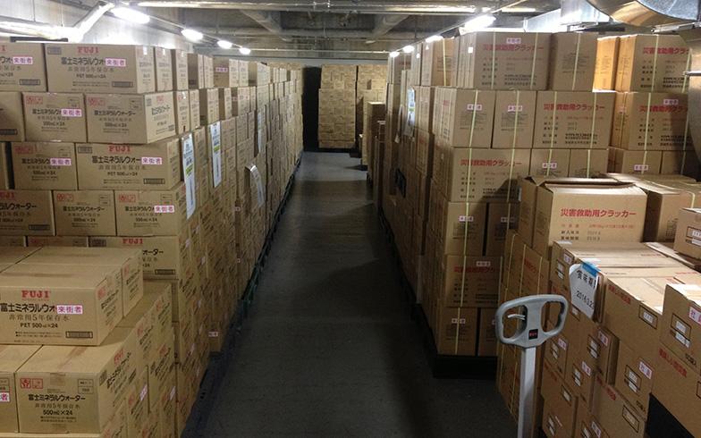 【画像4】六本木ヒルズにある備蓄倉庫には非常食など防災備蓄品がギッシリ。段ボール箱が倒れないよう荷重制限などのルールもある(写真提供/森ビル)