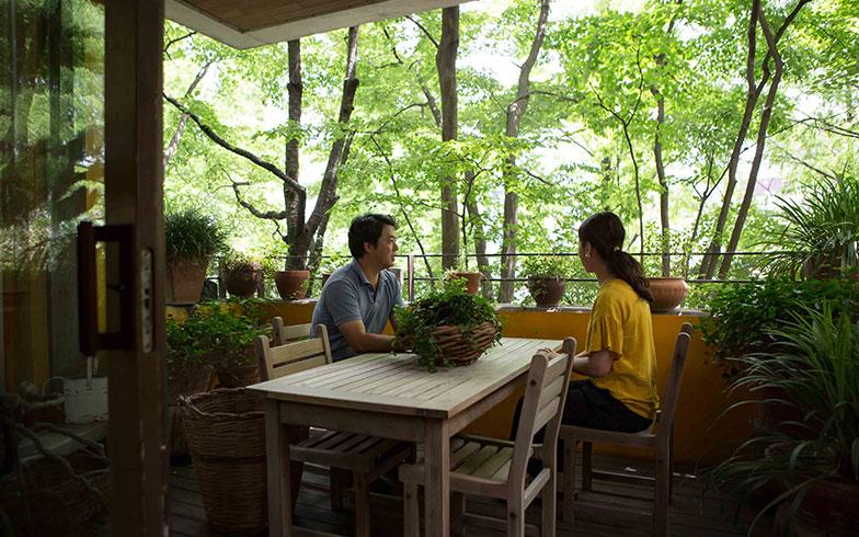 【画像2】バルコニーからのぞむ、時を経て建物と一体化した植栽(写真撮影/片山貴博)
