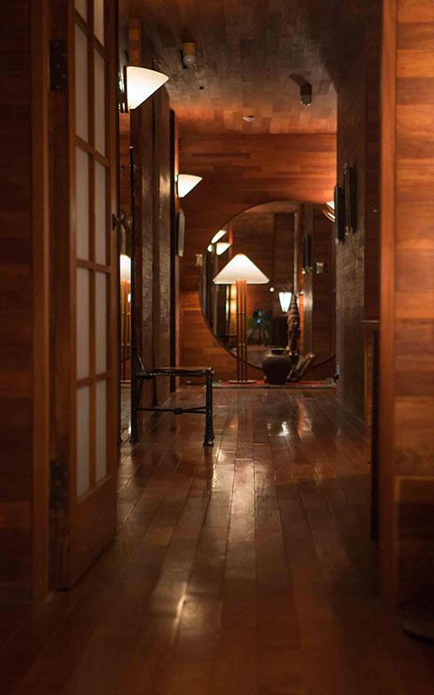 【画像3】無垢のチーク材が南国のリゾートホテルのような設えのオフィス(写真撮影/片山貴博)