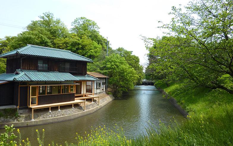 【画像9】川に面した絶好のロケーション。春には満開の桜を臨めます(写真提供/三宅商店)