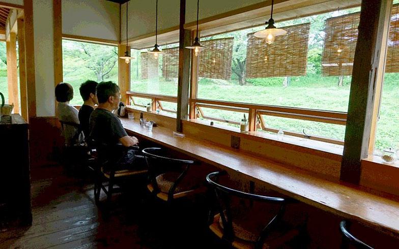 【画像11】川と川岸の緑が目の前の水辺のカウンター席。夏には簾で遮光(写真提供/三宅商店)