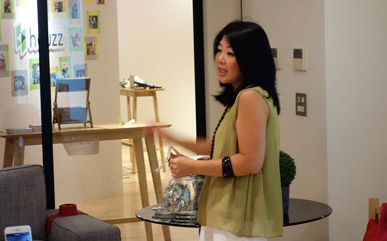 【画像1】「椅子にひざ掛けやクッションを置いたり、テーブルの上に暮らしをイメージできる小物を置くだけでも印象が違います」と説明する吉川みどりさん(撮影/住宅ジャーナリスト・山本久美子)