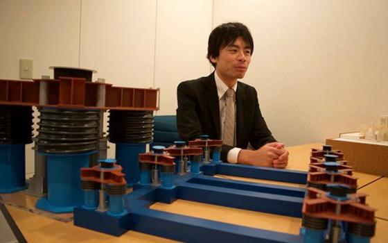 【画像4】3次元免震構造の模型。「青と赤のカラーリングは、社内のエンジニア内で人気のあったガンダムカラーを意識的に選んでいます」と語るのは、設計に携わった構造計画研究所の富澤徹弥さん。(写真撮影/SUUMOジャーナル編集部)