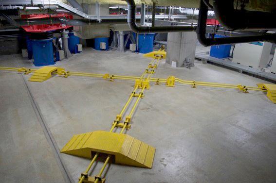 【画像6】四隅の「3次元免震装置」をクロスしてつないでいるのが「オイルダンパー」。オイルダンパーは油圧式のため電気トラブルなどの心配がなく、信頼性が高いのも特徴のひとつ。(写真撮影/SUUMOジャーナル編集部)
