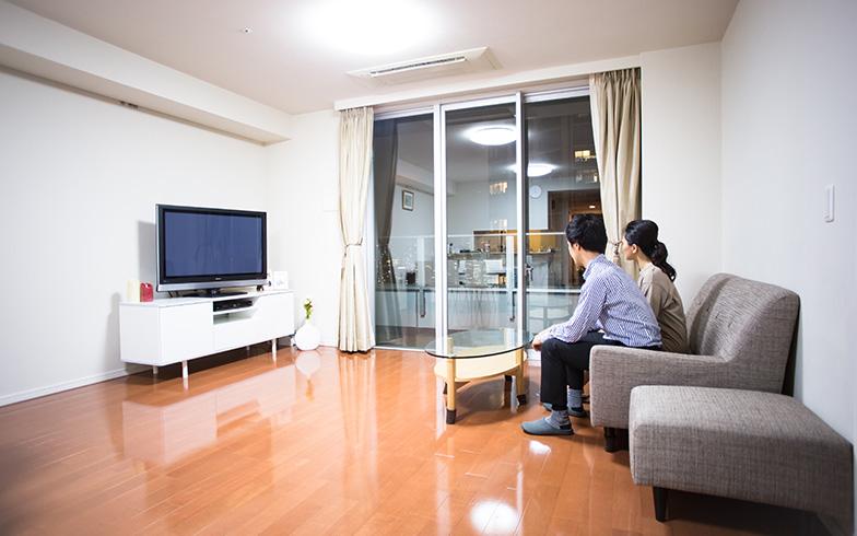 夫婦二人でリビングでくつろげる。家具は少しずつ選んでいる