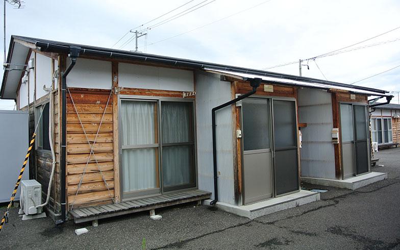 【画像3】福島県福島市飯坂町で地元工務店により建設された木造仮設住宅のうち木造パネル化工法を採用した住宅。広さは20m2、30m2、40m2で、2DKまである(写真撮影/筆者)