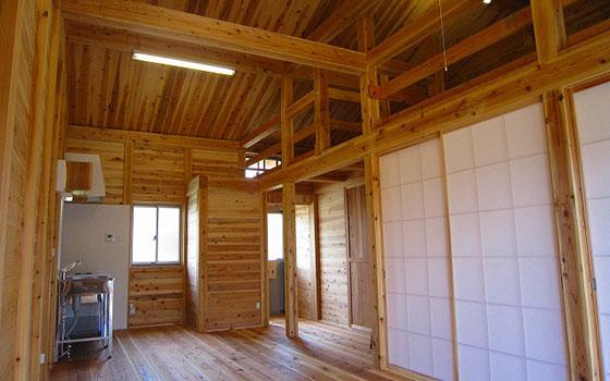 【画像5】福島県いわき市平上山口のの応急仮設住宅群の木造板倉工法の内観。通常の木造軸組工法の約2倍の木材を使用しつつ、耐震性能、防火性能も高めている(写真提供/福島県土木部)