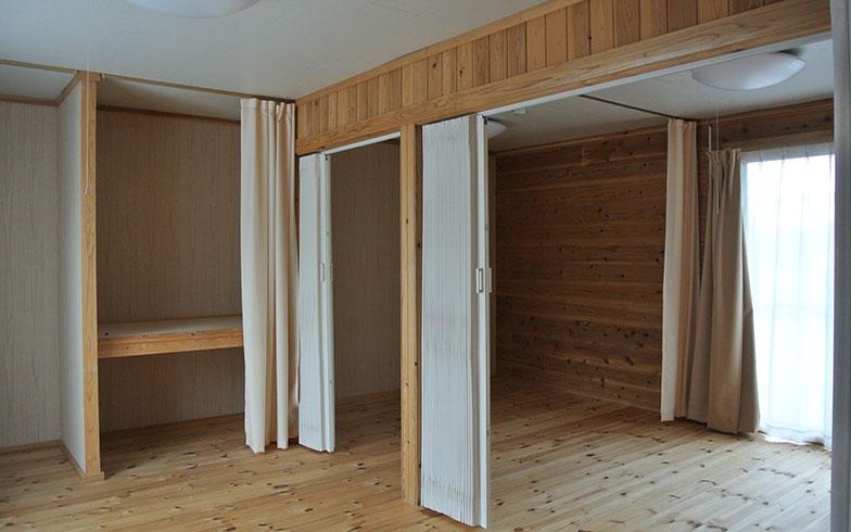 【画像6】福島県福島市飯坂町の応急仮設住宅群のログハウス工法の内観。無垢の表しの室内は木の香りが気持ち良く、ぬくもりが感じられる(写真撮影/筆者)