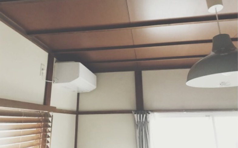 【画像4】左が無印良品のブラインド、右が照明ペンダント。出窓にブラインド、ベランダ側にカーテンでメリハリがついています(画像提供/宇佐美ゆき)