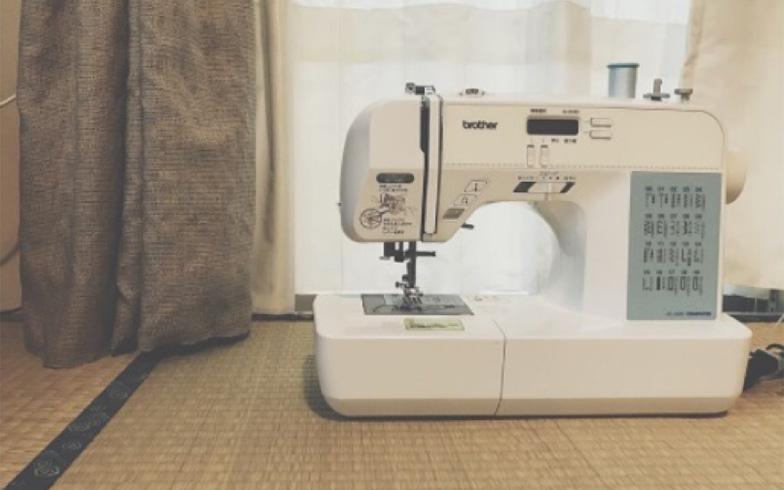 【画像5】カーテンの裾のほつれは自分でミシンで修正。ちょっとした手間が部屋への愛着を一層深くさせます(画像提供/宇佐美ゆき)