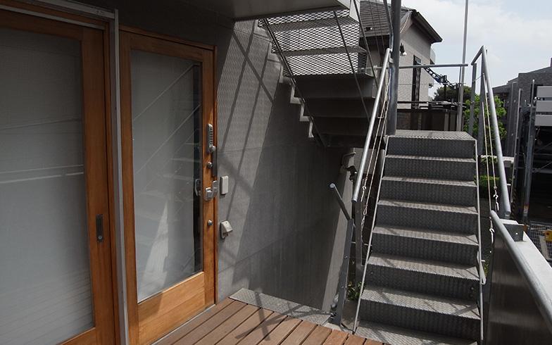 【画像2】ヘルパーは階段とつながるウッドデッキから、直接太一さんの居るオフィス兼住居に入る(画像提供/丹羽太一さん)
