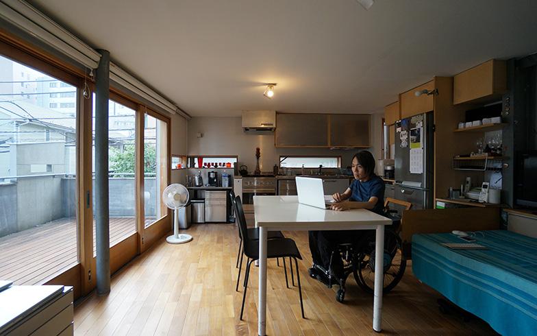 【画像3】大きな掃き出し窓からウッドデッキにつながる室内。開放感があると同時に、どこに居ても太一さんの様子を確認できる(写真撮影/蜂谷智子)