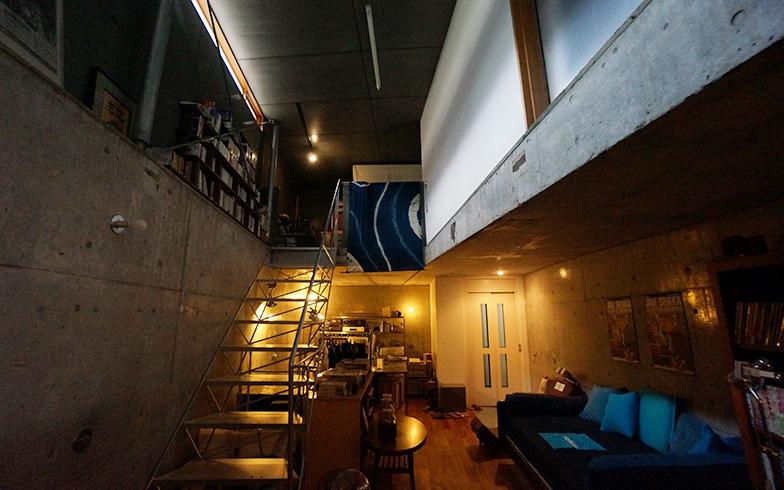 【画像4】地下はヘルパーの入らない夫婦のプライベートなスペース。奥が仕事場。上階からの移動はエレベーターを使う(写真撮影/蜂谷智子)