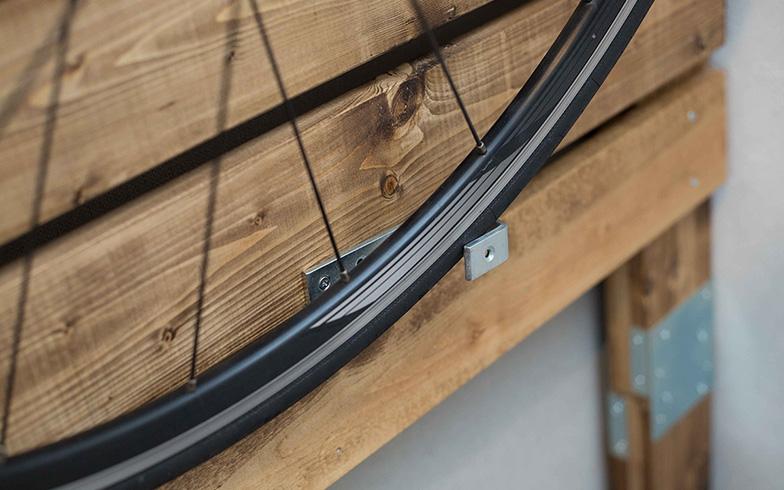 【画像3】J型の金具を上手に使い、車輪をしっかり固定(写真撮影/藤原葉子)