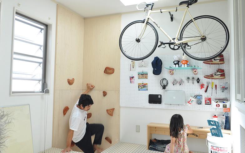 【画像6】遊び心が詰まった2階の多目的ルーム。ボルダリングで昇り降りできるのもユニークだ(写真提供/田口さん)
