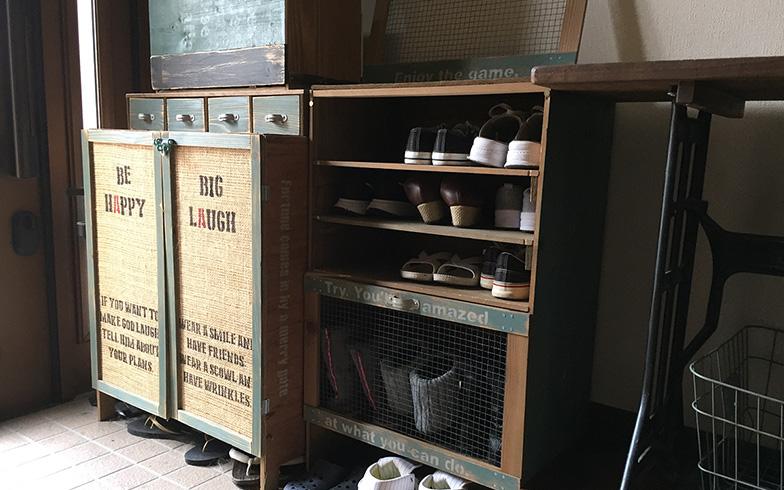【画像10】下駄箱も手づくり。自転車のディスプレイ棚とテイストを揃えた(写真提供/河合さん)