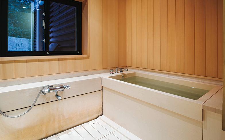 【画像2】2017年春に交換した檜風呂。窓からは玉砂利を敷き詰めた庭を眺めることができる