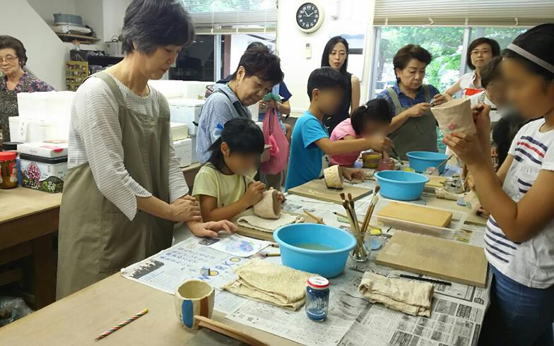 【画像3】ふだんは大人だけだが夏休みなので子どもが参加している「陶芸くらぶ」(写真撮影/四宮朱美)