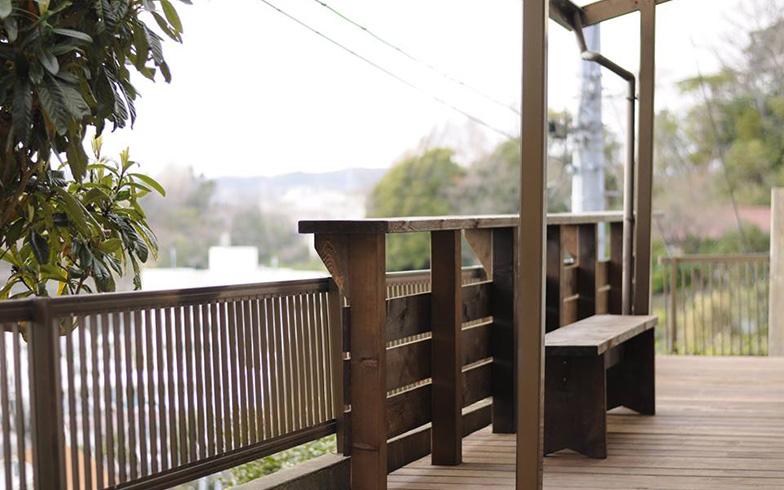 【画像2】ウッドデッキも設置。眺めのいいスペースができた「びわの木テラス」(写真提供/KUG空き家プロジェクト)