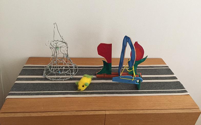 【画像1】吉川さんのご自宅。工作類はあちこちに飾らずに、展示コーナーを決めてまとめて飾っている。ランチョンマットやセンタークロスなどを敷くとスペース分けが明確に(写真撮影/上島寿子)